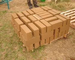Confusion entre briques de terre crue et briques de ciment et de terre crue
