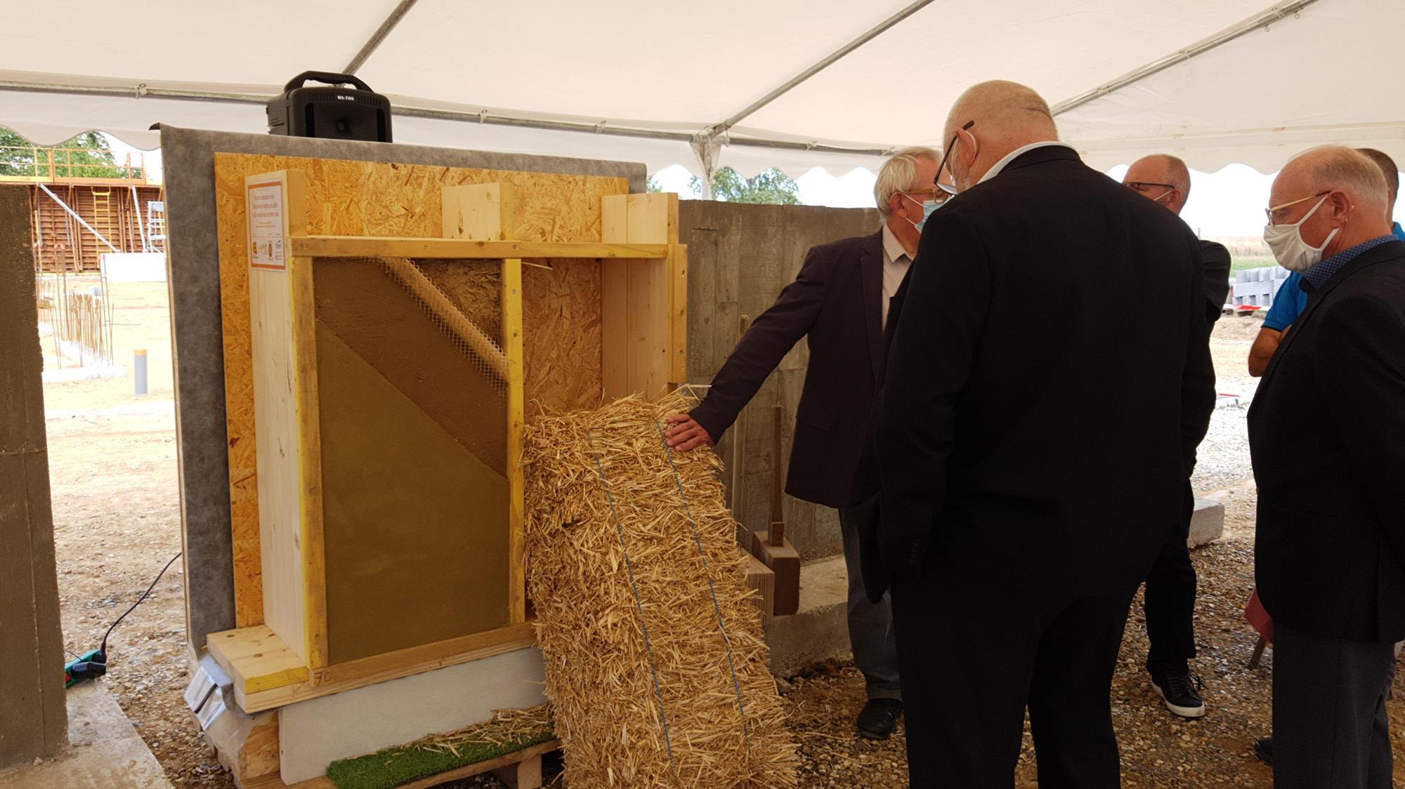 28/08 Pose de la première botte de paille à Iville (27) en présence des élu·es, sénateur·rices et le ministre des Outre-Mer